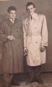 Vpravo bratr Vasil, kterého také zachránila oraganizace UNNRa