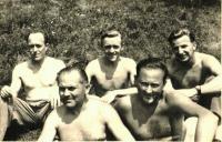 Mládí (uprostřed)
