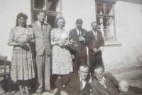 Olga Čvančarová s manželem a lidmi pocházejícími z Černého Lesa, foceno v roce 1950