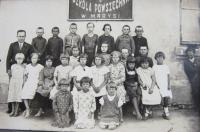 Polská škola v Maryši, kam chodila také Olga Čvančarová (uprostřed)