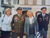 Bohumil Filípek se svou dcerou, vpravo Jaroslav Pokrupa s manželkou
