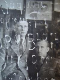 Bohumil Filípek (vpravo) se svým bratrem, prosvítá nápis z druhé strany fotografie