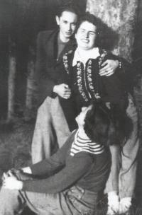 Ladislav Bartůněk s manželkou Růženou a kamarádkou Zlatou na chatě na počátku padesátých let