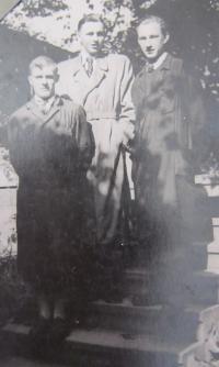 Jan Aust  v učení (uprostřed), vpravo německý učeň, který Jana Austa udal