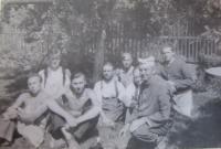 Jan Aust s ostatními vězni v Rapotíně na práci, které vykonávali v rámci trestu