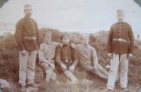Vpravo otec František Aust jak během první světové války hlídá v Linci ruské zajatce