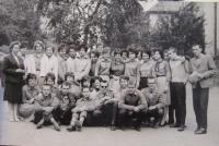 Daruše Burdová (úplně vlevo) se svou třídou