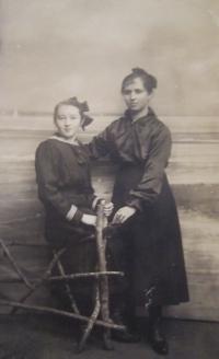 Vlevo matka Ludmila Štorková v roce 1916