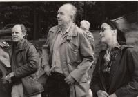 Vladimír Kopřiva s Aťou Vydrou a Evou Zapletalovou na Smržově v roce 1990