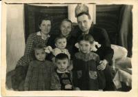 На засланні. Марія Микитка, мама чоловіка з внуком Юрієм, о. Маркіян Микитка та діти Анизія, Любомира і Орест. Пос. Кучі. 1952 р