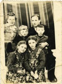 На засланні. Пані Марія Микитка, Юрій, о. Маркіян з Орестом. Сидять: Анизія і Любомира. Пос. Кучі. 1953 р.