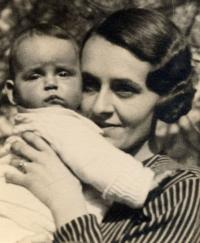 Andrea Nikolits and her mother, 1933