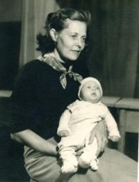 Kamil Černý s matkou (1950/1951)