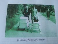 Rodina Drašnarova na procházce, ještě spolu