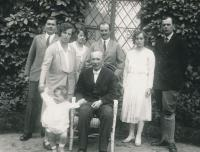 1931, sedící Theobald Czernin, stojící jeho děti zleva: Jan, Anna a dítě Bedřich Strachwicz, Gabriela Czernin, Rudolf Czernin, Marie Czernin a Humprecht Czernin