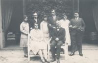 Sedící Marie a Theobald Czernin, stojící jejich děti zleva: Anna, Rudolf, Marie, Humprecht, Gabriela, Jan