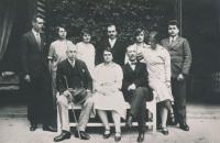 Neznámá sedící na lavičce, Marie Czerninová,Theobald Czernin, stojící z l. Humprecht Czernin, Gabriela Czernin., Rudolf C., Marie C., Anna C. a Jan Czernin