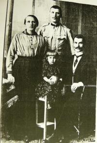 s rodiči, otec uprostřed
