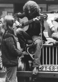 Zorka Růžová, Jaroslav Hutka a Petr Kalandra na džípu na pojízdných koncertech po Praze, 1968