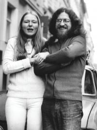 Sdruhou manželkou Danielou při odjezdu do emigrace, 18. října 1978