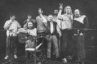 Vystoupení ve Wroclawi vroce 1989, zleva: Pavel Dobeš, Pepa Nos, Jaroslav Hutka, Petr Dopita, Karel Kryl, Petr Rímský, Jarek Nohavica, Vladimír Veit a Pepa Streichl