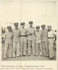 Před vycházkou do Haify - důstojnická škola, 1942 (z leva Ferdinand Lustig, František Nový, Oldřich Zeman, Josef Hercz, Josef Němec)