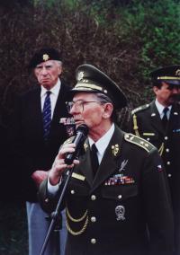 Generál Antonín Špaček, vzadu Josef Hercz