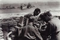 Výcvik v rozbombardovaném tobruckém přístavu (Josef Hercz vpravo)
