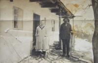 Prarodiče Franz a Amálie Schubertovi u svého domu v Kamenné