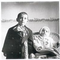 se sestrou Hedvikou cca 1936