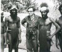M. Stingl mezi příslušníky skupiny Chimbu v Kundiawě