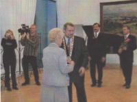 Ludmila Chytilová při přebírání medaile J. A. Komenského