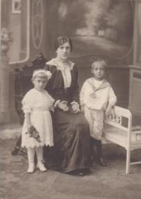 Maminka Josefa s malou Ludmilou a bratrem Jaroslavem