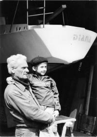 S vnukem u lodi Diana, Český yacht klub 1984