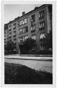 Okna bytu rozstříleného při revoluci v květnu 1945, v Praze - Dejvicích