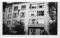 Okna bytu rozstřílená při revoluci v květnu 1945, v Praze - Dejvicích.
