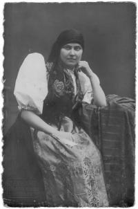 Maminka, Katuše Holá, v chodském kroji na Sokolském sletě, Ústí n. Labem 1934