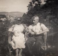 Rodiče na zahradě ve Střekově - 1938