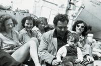S manželem a synem cestou lodí Galila do Izraele, 1949