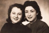 Dita Polachová s přítelkyní Margit Barnai, 1945
