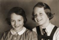 Dita Krausová s kamarádkou, nedatováno