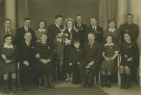 Svatební fotografie O.K. s Boženou Šidlákovou, dívkou z Bartošova, který leží nedaleko Dlouhé vsi