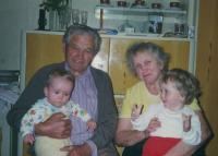 S manželkou a vnoučaty, současnost