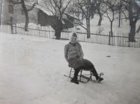 Elisabet Klamertová (Pelclová) při sáňkování v Hřibové