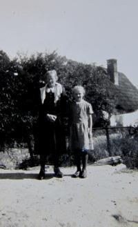 Elisabet Klamertová (Pelclová) s maminkou v Uhelné
