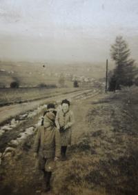 Elisabet Klamertová (Pelclová) se sourozenci Wittichovi při cestě ze školy z Vlčic do Hřibové