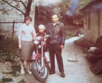 Elisabet Klamertová s manželem a synem v Uhelné
