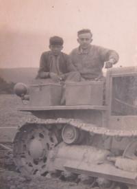 Manžel Bruno Klamert ve státním statku v Uhelné