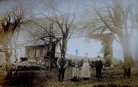 Otec s matkou Elisabet Kalmertové jako děti s rodiči maminky před domem v Hřibové, kde se narodila Elisabet Klamertová