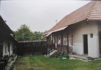 Rodný dům v Jasenie - v domě vlevo žila teta, vpravo rodina Kordíkova